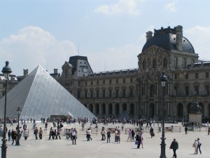 Louvre Glaspyramide 300x225 Paris